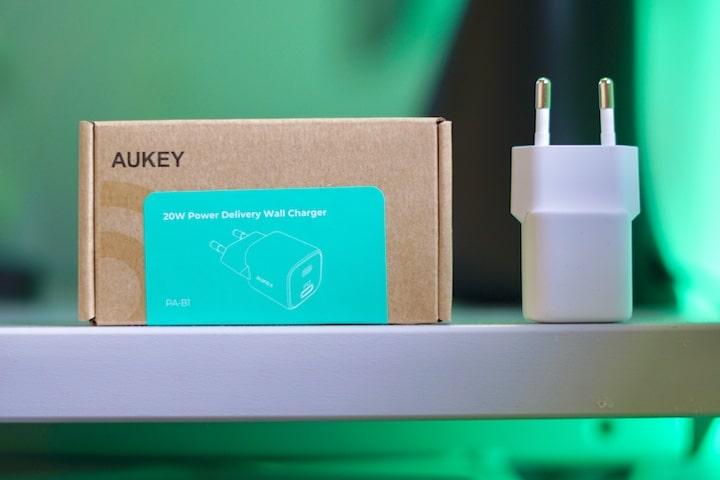 Aukey Netzteil mit Verpackung stehen nebeneinander