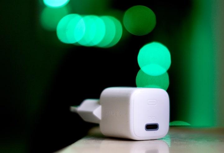 Aukey Omnia USB C Netzteil vor gruenem Hintergrund
