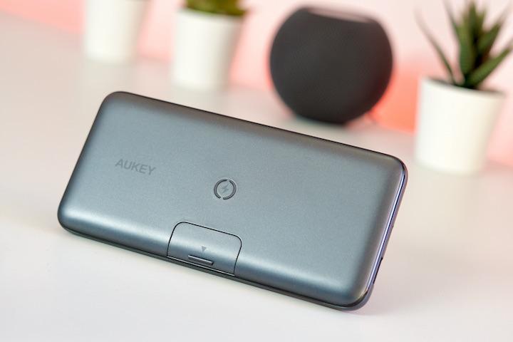 Aukey Wireless Qi Powerbank steht auf einem Tisch