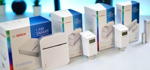 Bosch Smart Home Set steht nebeneinander auf einem Tisch 520x245