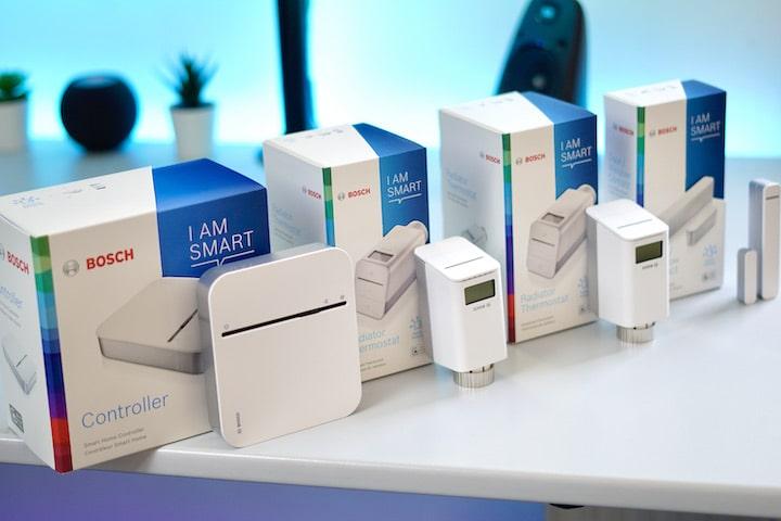 Bosch Smart Home Set steht nebeneinander auf einem Tisch