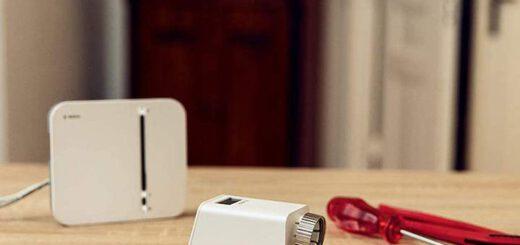 Bosch Smart Home Sicherheit Starter Set mit Werkzeug auf dem Tisch 520x245