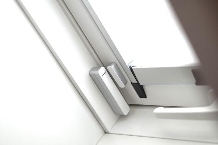 Fensterkontakt ist an einem Fensterbrett befestigt
