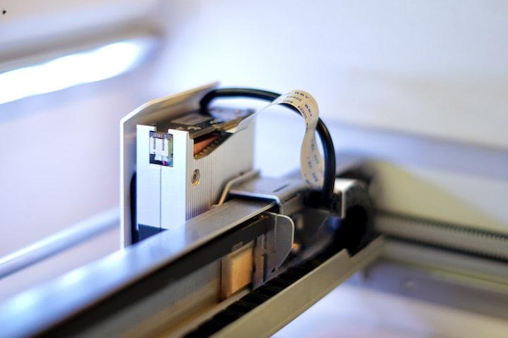 Flachbandkabel steckt in einem Laser