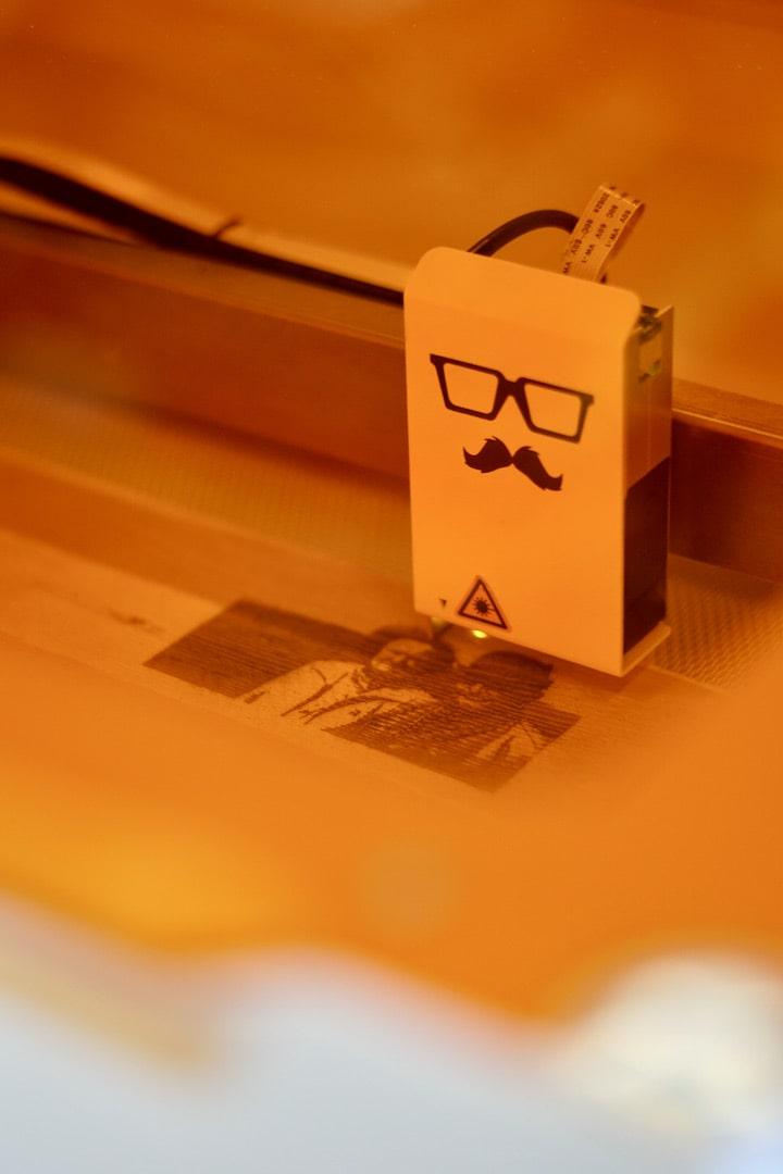 Laserkopf graviert ein Bild