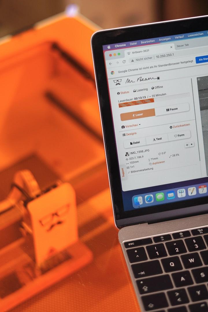 MacBook steht auf einem Graviergeraet
