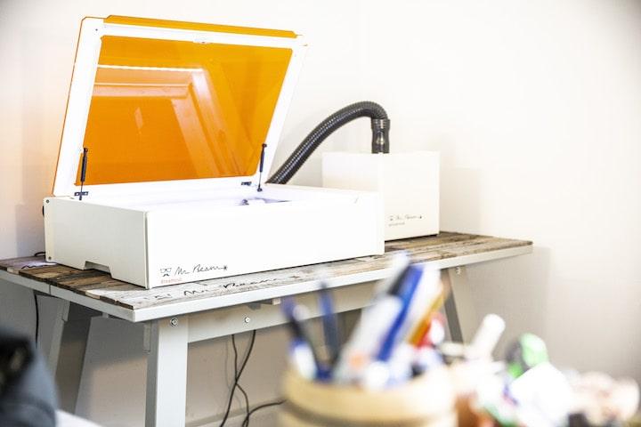 Mr Beam 2 Dreamcut Lasercutter steht auf einem Tisch