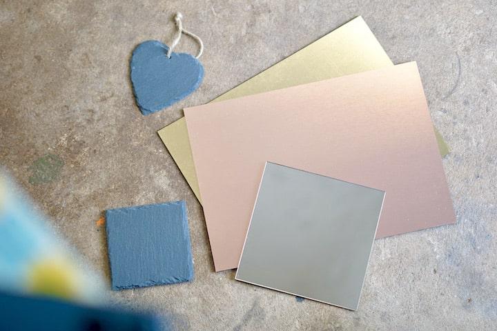 Schiefer Plastik und Spiegel liegen auf einem Boden
