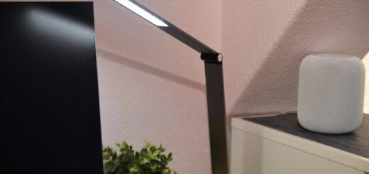 TaoTronics TT DL066 LED Schreibtischlampe auf Schreibtisch 520x245