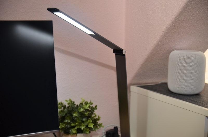 TaoTronics TT DL066 LED Schreibtischlampe auf Schreibtisch