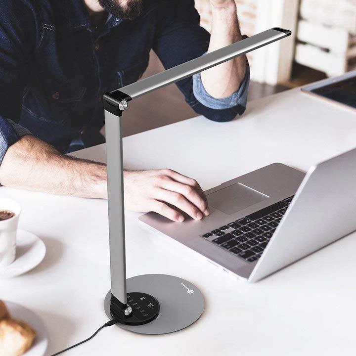 TaoTronics TT DL066 LED Schreibtischlampe auf dem Tisch