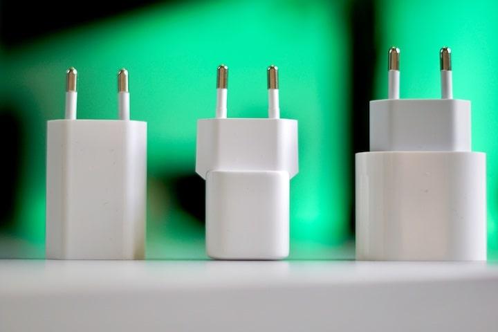 Vergleich von drei Netzteilen nebeneinander auf einem Tisch