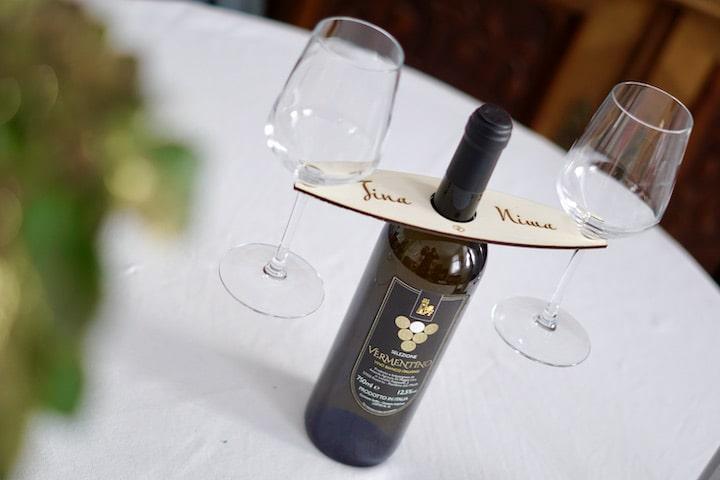 Weinflasche mit zwei Glaesern steht auf einem Tisch