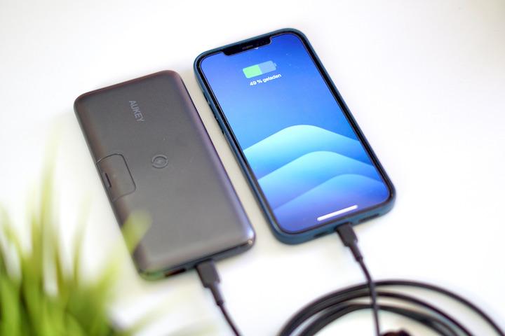 iPhone 12 Pro Max wird per Kabel Fast Charge an einer Powerbank geladen