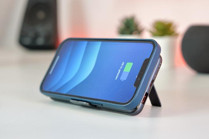 iPhone wird an einer Qi Powerbank geladen