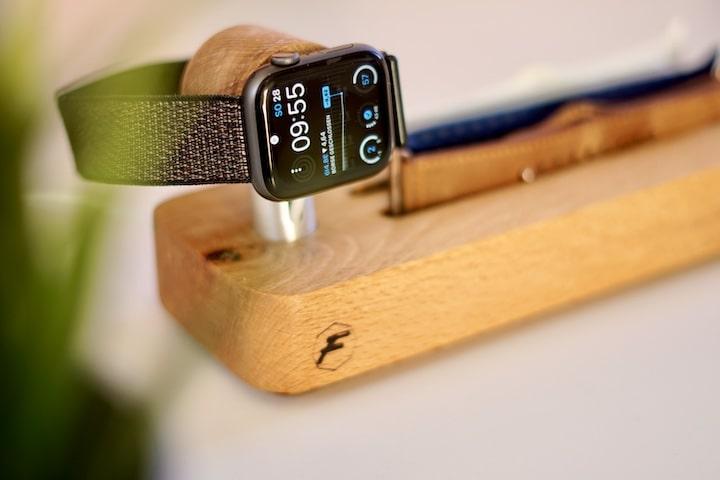 Apple Watch wird auf einer Charging Station geladen
