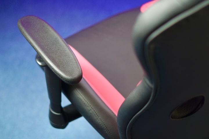 Armlehne an einem schwarz pinken Gaming Chair