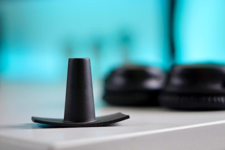 BeatsBuddy Kopfhoererhalterung steht auf einem Tisch