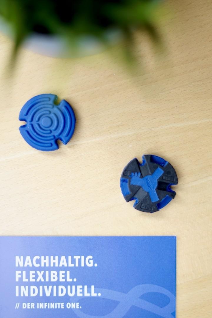 Blaue flexible Adapter liegen auf einem Tisch