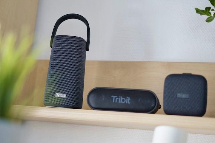 Drei Tribit Lautsprecher stehen in einem Regal