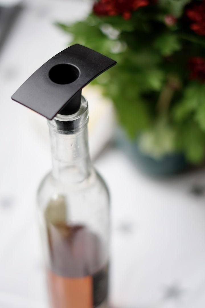 Flasche ist mit einem Stoepsel auf Gummi verschlossen