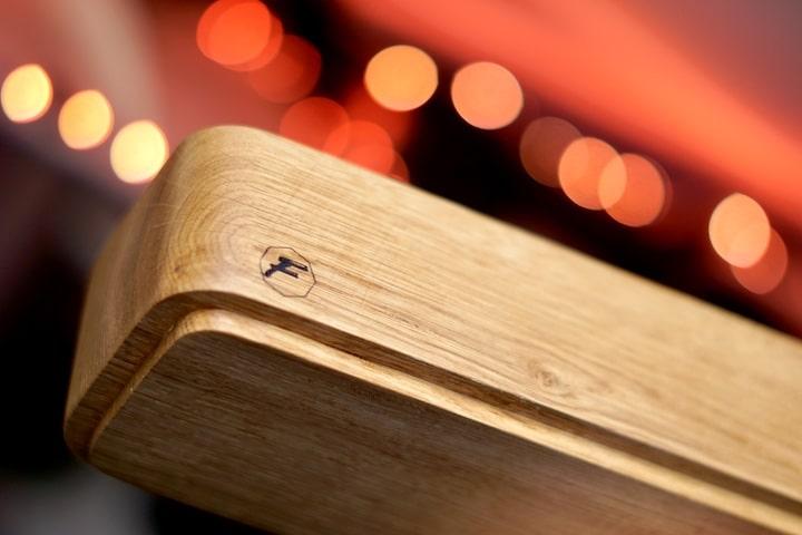 Flos Holzdesign Holzstueck aus Eiche vor Bokeh