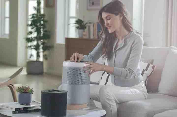 Frau mit Smartmi P1 Luftreiniger im Wohnzimmer