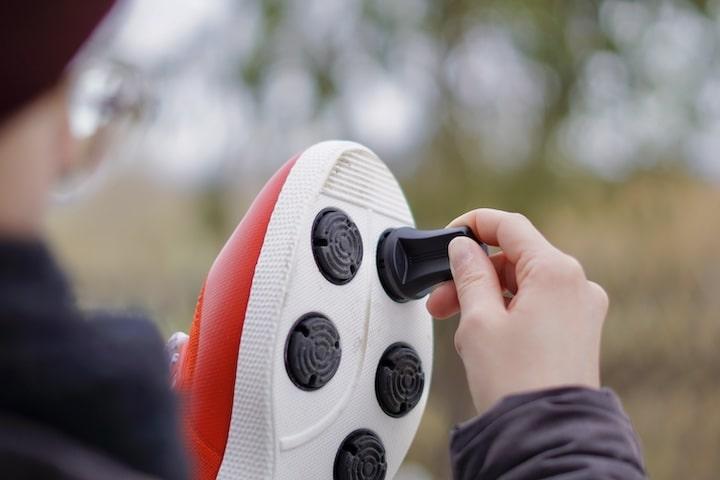 Frau montiert Adapter an einer Schuhsohle