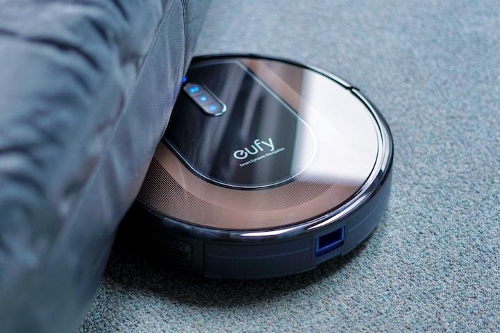 G30 Hybrid Roboter faehrt unter ein Sofa