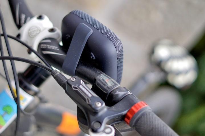 Gummiband an einem Lautsprecher an einem Fahrrad