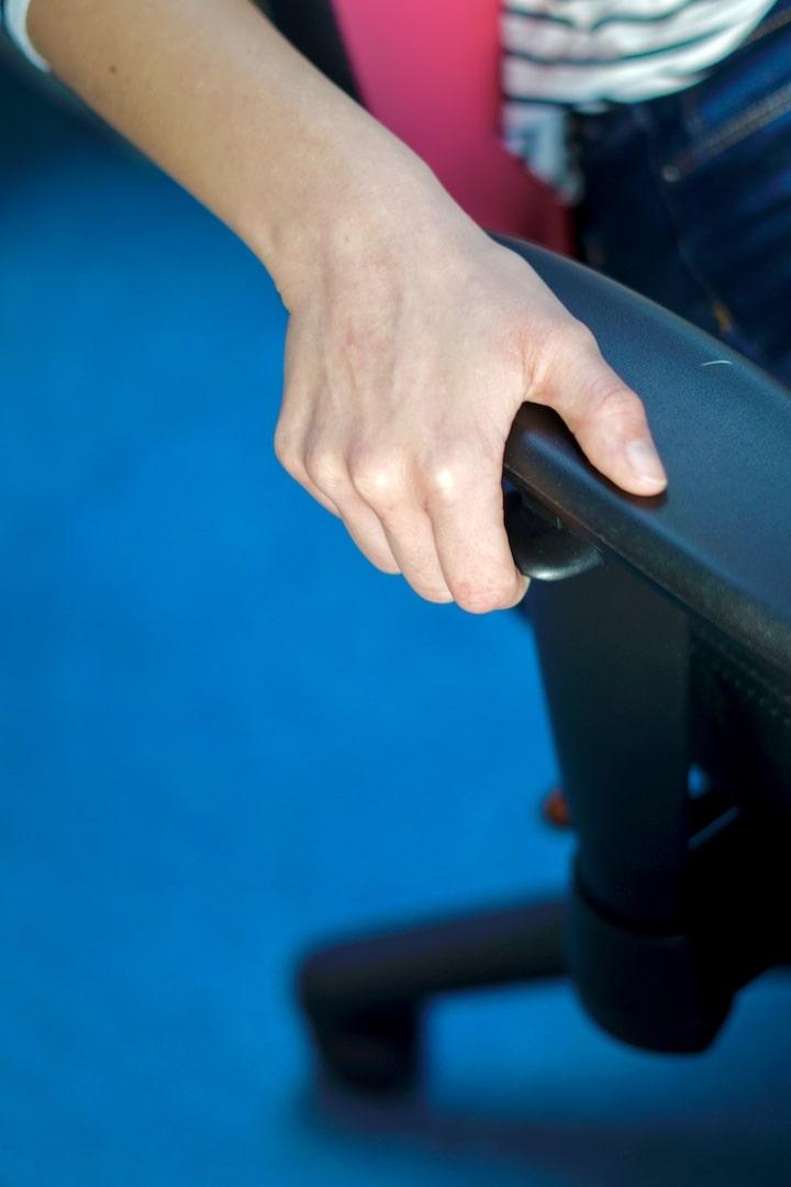 Hand bedient Hebel an einer Armlehne