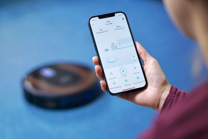 Hand mit iPhone und eufy Home App
