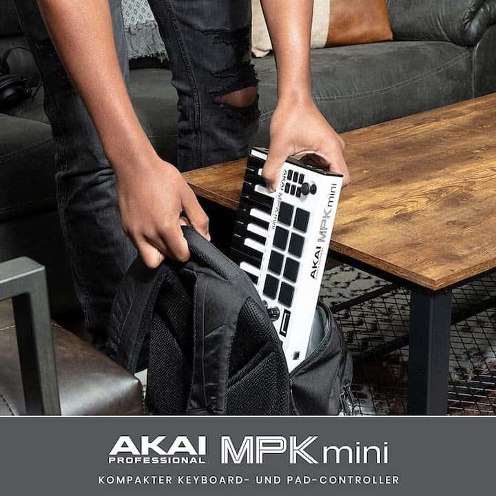Kompakter Keyboard Controller wird in Rucksack gesteckt