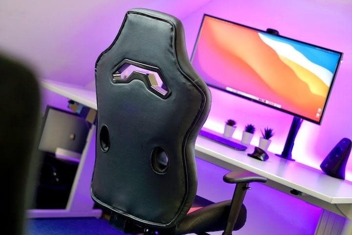 Looter Chair Stuhl steht vor einem bunten Schrebtisch