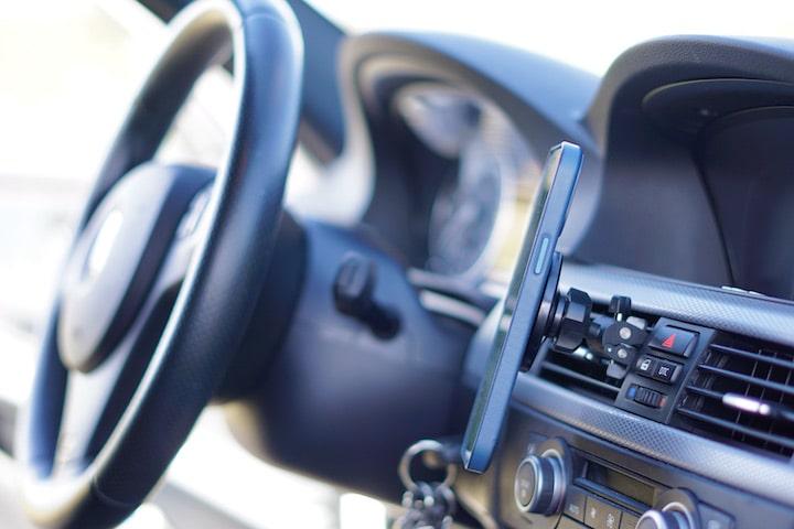 Magnetische KFZ Halterung ist an einem Lueftungsgitter befestigt