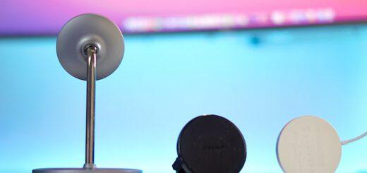 Magnetisches MagSafe Zubehör von CHOETECH liegt auf einem Tisch 520x245
