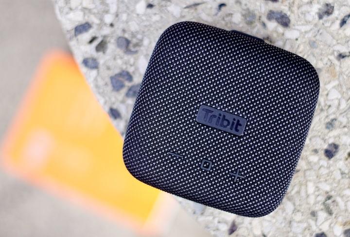 Mini Bluetooth Lautsprecher liegt auf einem Tisch
