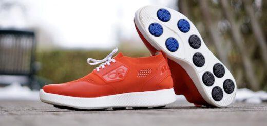 Rote Infinite Running Schuhe stehen im Freien 520x245