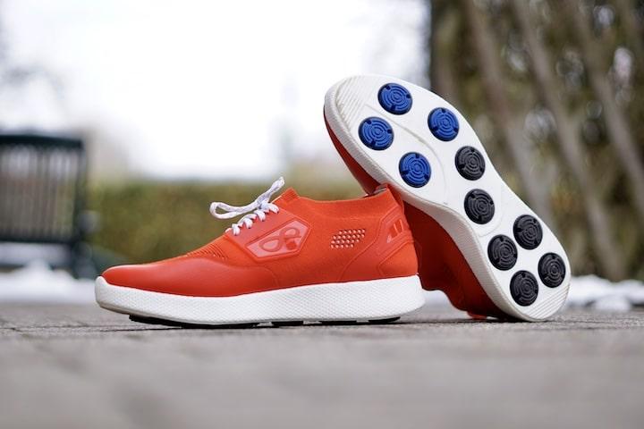 Rote Infinite Running Schuhe stehen im Freien