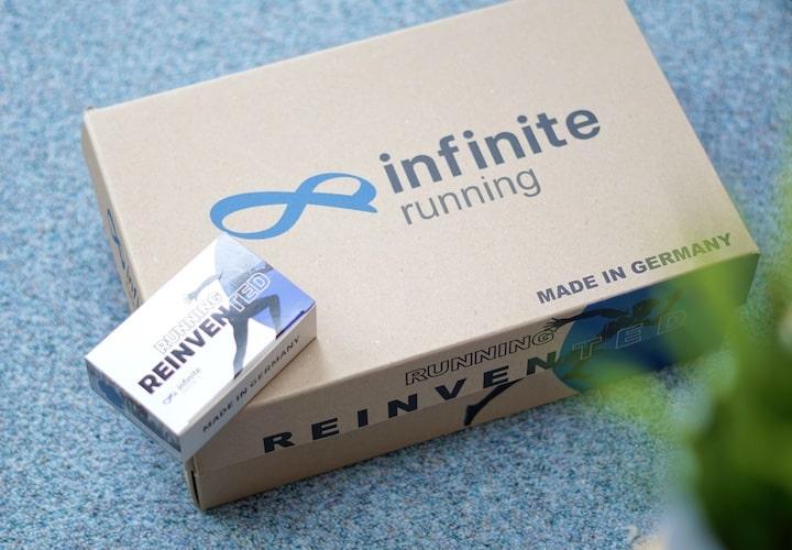 Schuhverpackung von Infinite steht auf Teppich