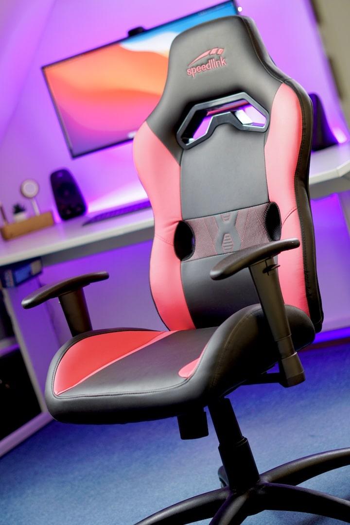 Speedlink Looter Gaming Chair steht vor einem Schreibtisch