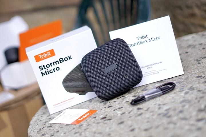 StormBox Micro Lieferumfang liegt auf einem Tisch