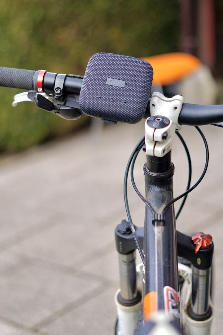 StormBox Micro ist an einem Fahrradlenker befestigt