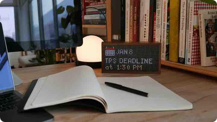 Tidbyt zeigt Deadline auf Schreibtisch an Kopie