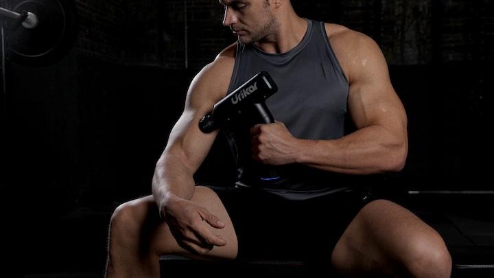 Urikar Pro 3 Massagepistole mit Mann