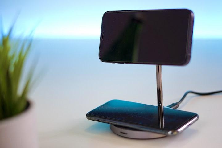Zwei Smartphones werden kabellos an einer Station aufgeladen
