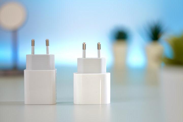 Zwei USB C Netzteile nebeneinander