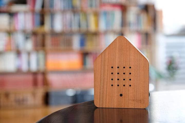 Zwitscherbox in Holzoptik steht auf dem Tisch