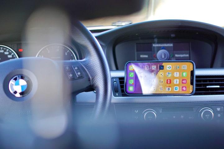 iPhone 12 Pro Max ist im Querformat in einem BMW befestigt