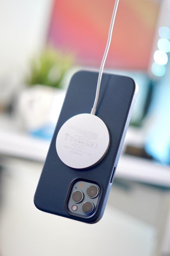 iPhone schwebt und haengt magnetisch an einem Ladekabel